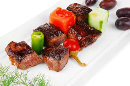 european food: comida europea: asado de carne de vacuno estofado sobre plato blanco aislado en blanco con tomate y eneldo Foto de archivo