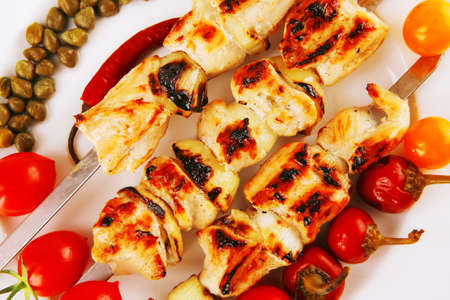 alcaparras: pavo fresco shish kebab asado servido con alcaparras de los tomates en un plato aislado sobre fondo blanco Foto de archivo