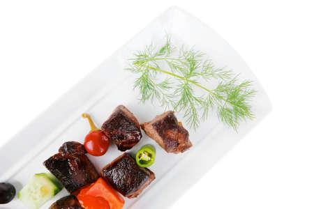 european food: alimentaria europea: asado gulash de carne de vacuno en plato blanco aislada sobre fondo blanco con verduras Foto de archivo