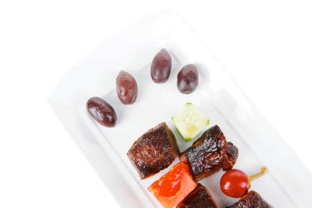 european food: alimentaria europea: roast beef carne goulash sobre plato blanco aislado en fondo blanco con tomate y eneldo Foto de archivo