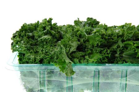 over packed: fresco crudo cavolo verde confezionato in scatola di plastica pronti a vendere isolato su sfondo bianco Archivio Fotografico