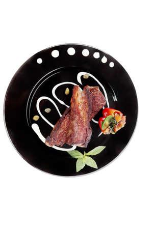 alcaparras: fresca carne de vacuno de carne roja carne de barbacoa ensalada de verduras con guarnición de patata dulce y albahaca en un plato negro aislado sobre fondo blanco