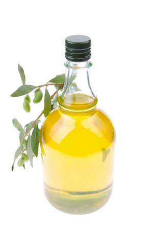 aceite de cocina: botella de aceite de oliva con las aceitunas crudas Foto de archivo