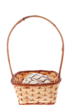 buñuelos de fiesta judío chanuka tradicionales cubiertos por el patrón de chocolate negro y blanco en la cesta retro de la vendimia aislado en el fondo blanco