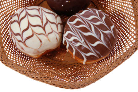 buñuelos de fiesta judío chanuka tradicionales cubiertos por el chocolate oscuro en la cesta retro de la vendimia aislado en el fondo blanco Foto de archivo