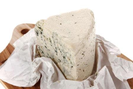 白い背景に分離された木製カッティング プレートにて高齢者イタリア デリ新鮮な青いスティルトン チーズ 写真素材 - 90324918