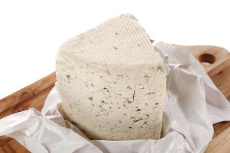 白い背景の上に隔離された木製の切断プレートに提供される熟成イタリアンデリフレッシュブルースティルトンチーズ 写真素材 - 91836675