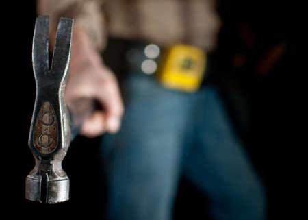 close-up van een timmerman met een hamer