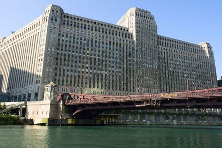merchandise mart: The Merchandise Mart and Franklin St Bridge in Chicago