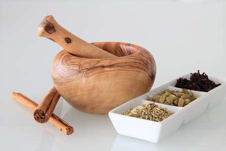 indian spices: diverse Indische kruiden met vijzel en stamper