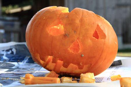 carving pumpkin: Halloween Jack-o-linterna y una herramienta de tallado de las calabazas