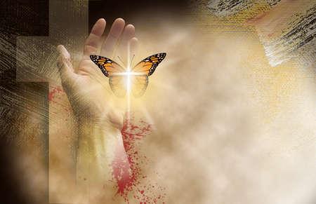 Conceptuele afbeelding van het christelijke kruis van Jezus met handen die een herboren vlinder vrij plaatsen. Mixed media-kunst symbolisch voor nieuw geestelijk leven gevonden in Christus 'vergeving van zonden. Stockfoto