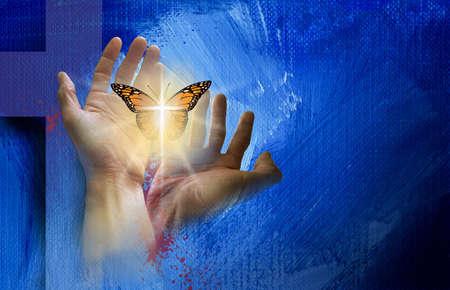 Grafica concettuale della croce cristiana di Gesù con le mani che liberano una farfalla rinata. Mixed media art simbolica della nuova vita spirituale trovata nel perdono dei peccati di Cristo.