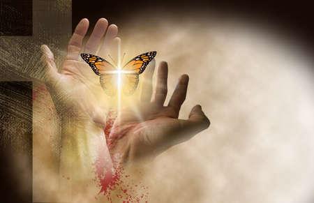 Gráfico conceptual de la cruz cristiana de Jesús con las manos liberando una mariposa renacida. Arte de técnica mixta que simboliza la nueva vida espiritual que se encuentra en el perdón de los pecados de Cristo.