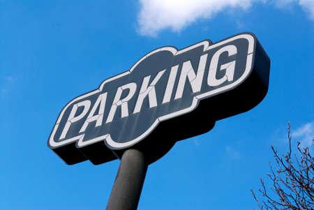 Grote parking tekenen tegen de blauwe hemel Stockfoto