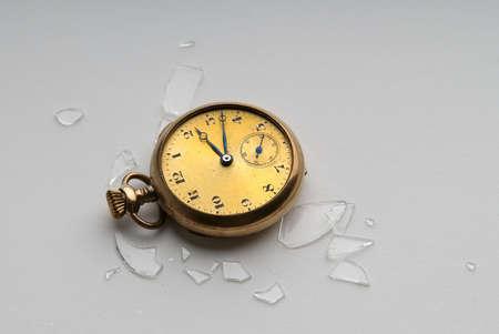 粉々 のクリスタルとアンティーク ゴールド時計