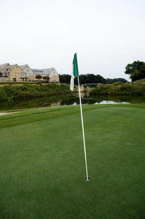 フラグとゴルフコースのグリーン