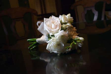 polished wood: immagine di un bouquet da sposa su tavola di legno altamente lucidata