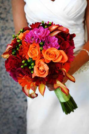 カラフルな花束を保持している花嫁のイメージ 写真素材