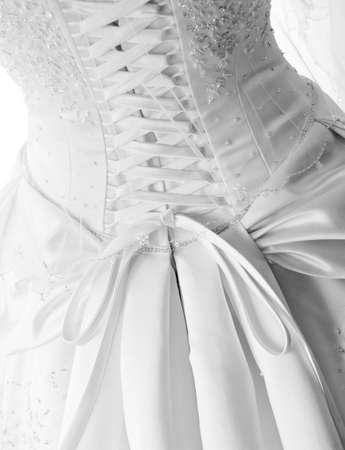 Close-up beeld van de gedetailleerde veters op de achterkant van een trouw jurk