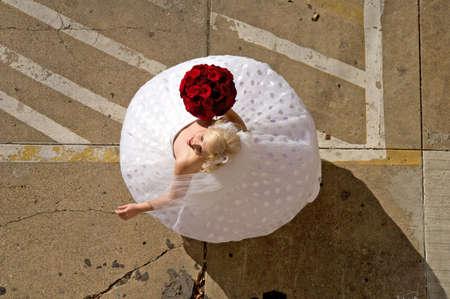 駐車場で彼女の服を駆け巡って花嫁のイメージ