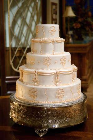 Klassische Hochzeitstorte mit gold Sahnehäubchen  Standard-Bild - 6218722