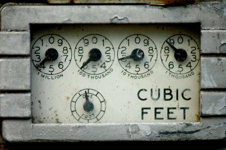 contador electrico: Imagen de primer plano de un contador de gas viejo oxidado