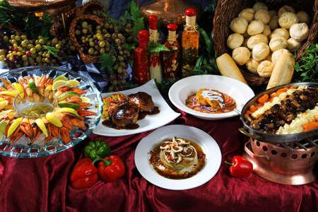 gourmet dinner: Imagen de una fiesta de diferentes alimentos sobre una tabla decorativos