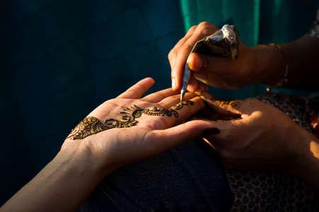 Afbeelding detail van henna wordt toegepast bij de hand