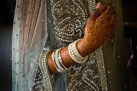 femmes muslim: Image de henné sur une mariée indienne magnifiquement vêtue