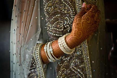 mujeres musulmanas: Imagen de henna en una novia India bellamente vestida
