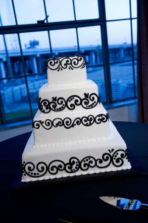 Image of a beautiful black & white wedding cake