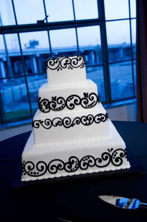 Image of a beautiful black & white wedding cake