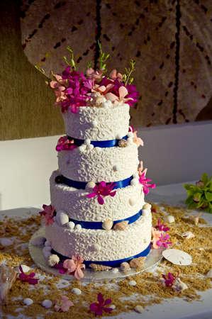 Afbeelding van een bruidstaart met een strand thema