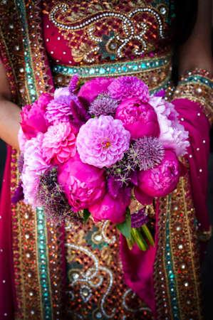cérémonie mariage: Image d'un Indien épouses tenue bouquet des mains