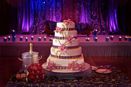 recepcion: Imagen de un hermoso pastel de bodas en la recepci�n de la boda Foto de archivo