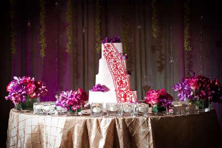 Afbeelding van een prachtig versierde bruidstaart