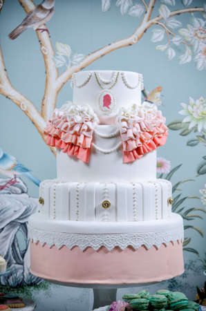 Imagen de un pastel de bodas bellamente decorado photo