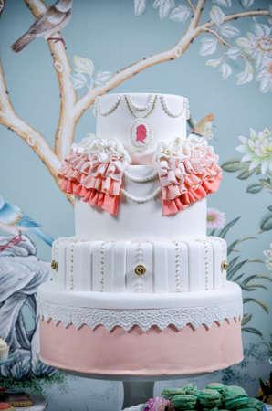 pastel de bodas: Imagen de un pastel de bodas bellamente decorado