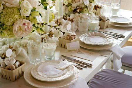 독특한 흰색 웨딩 연회 테이블의 이미지 스톡 콘텐츠