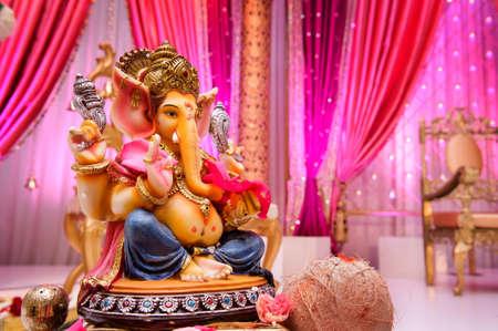 ganesh: Afbeelding van Ganesh op Mandap op een Indiase bruiloft