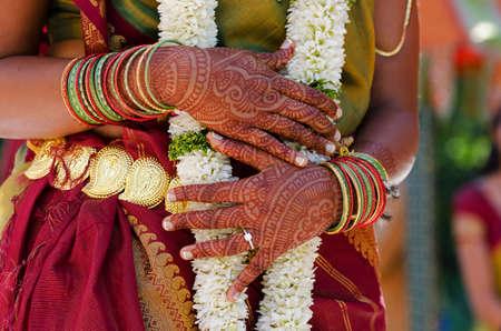 Tatuaje de henna es en las manos de una novia india Foto de archivo