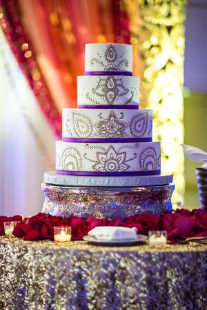아름답게 꾸며진 인도식 웨딩 케이크의 이미지