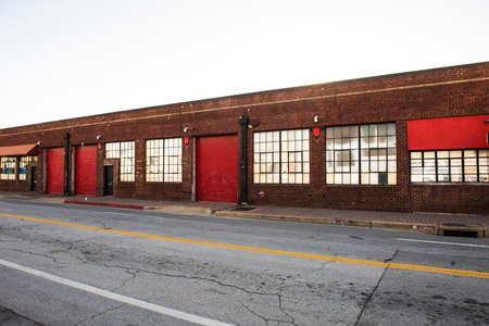 edificio industrial: Imagen de viejos almacenes de la vendimia en correr por parte de la ciudad