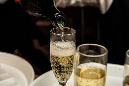 Afbeelding van Het vullen van een glas met champagne Stockfoto - 51099960