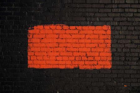 Ein rotes Rechteck auf einer schwarzen Mauer, die einen Rahmen um das Rot bildet