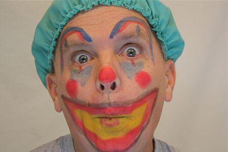 clowngesicht: Mann mit Clown Gesicht