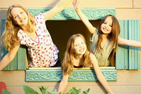 puppenhaus: Drei M�dchen suchen Puppenhaus Fenster