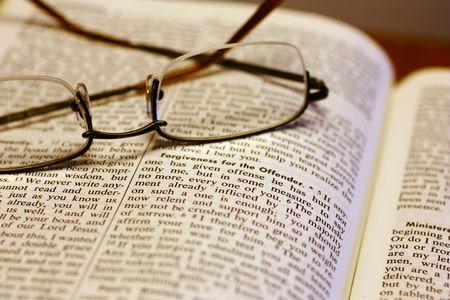bible ouverte: Bible ouverte avec lunettes de lecture.  Banque d'images