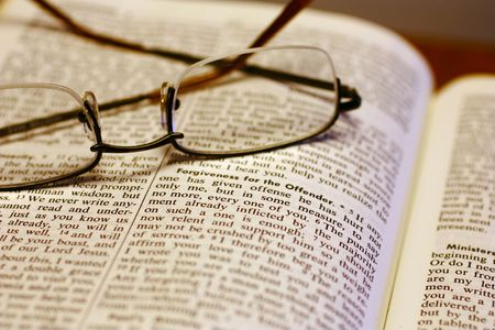 Open Bible with reading glasses Banco de Imagens